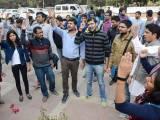 طلبا نے افضل گرو اور مقبول بٹ کے ماروائے عدالت قتل کے خلاف احتجاج کرتے ہوئے کشمیریوں سے اظہار یکجہتی کیا۔