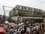 2012 میں کراچی کے علاقے بلدیہ ٹاؤن میں فیکٹری میں آگ لگنے سے 250 سے زائد افراد لقمہ اجل بن گئے تھے ۔ فوٹو: فائل