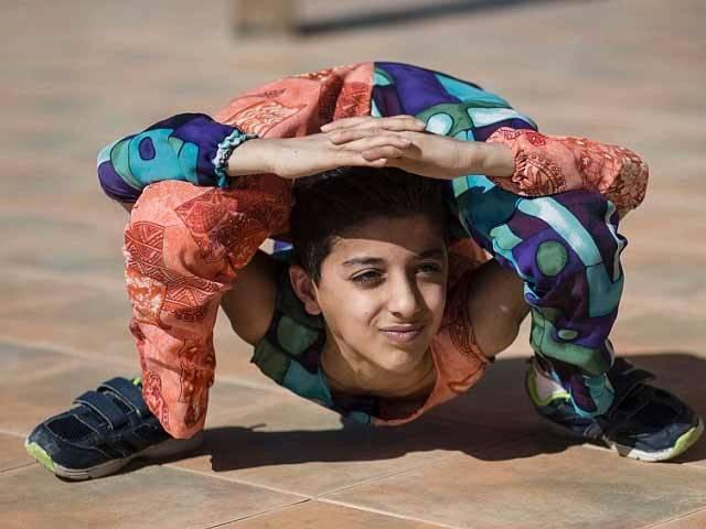 12 سالہ محمد الشیخ اپنے جسم کو مختلف 33 اندازوں میں موڑ کر دکھا سکتا ہے۔ فوٹو؛ ڈیلی میل