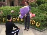چین میں ایک نوجوان نے پیراشوٹ سے چھلانگ لگا کر لڑکی کو شادی کا پیغام دینا چاہا لیکن خود درخت پر پھنس گیا۔