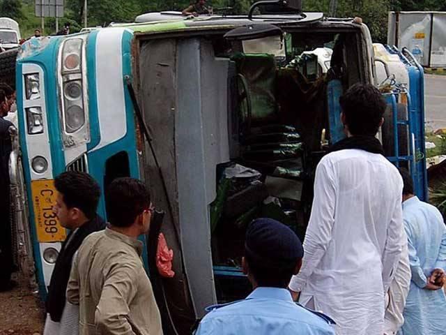 حادثے میں شدید زخمیوں کو ابتدائی طبی امداد دینے کے بعد کراچی کے سول اسپتال بھجوادیا گیا ہے فوٹو: فائل