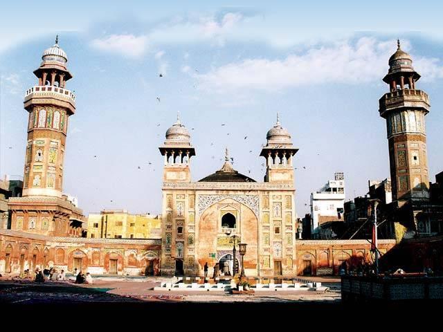 فنِ تعمیر کا یہ نادر نمونہ لاہور کی عظمت رفتہ کا نشان ہے ۔  فوٹو : فائل