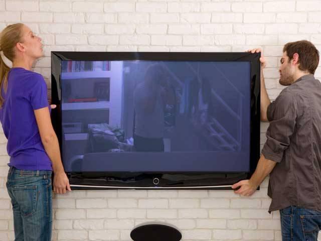 بڑی اسکرین اور اچھے ریزولیوشن کے علاوہ ایل ای ڈی ٹی وی کی آواز بھی زبردست ہونی چاہیے۔ فوٹو؛ فائل