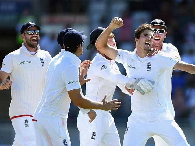 پاکستان کی پوری ٹیم انگلینڈ کے 343 رنز کے جواب میں 201 رنز پر پویلین لوٹ گئی۔ فوٹو: گیٹی