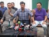 مصطفیٰ کمال کے پمراہ پریس کانفرنس کے دوران رکن قومی اسمبلی آصف حسنین نے پاک سرزمین پارٹی میں شمولیت کا اعلان کیا: فوٹو : پی پی آئی