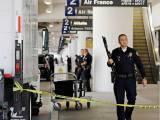 فائرنگ کی اطلاعات کے بعد پولیس نے ایئرپورٹ خالی کراتے ہوئے سرچ آپریشن شروع کردیا۔ فوٹو: فائل