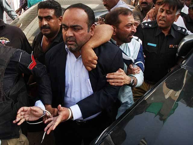 گرفتاری کے بعد خواجہ اظہار کو گڈاپ تھانے لایا گیا اور 5 گھنٹے بعد انہیں رہا کیا گیا۔ فوٹو: آن لائن