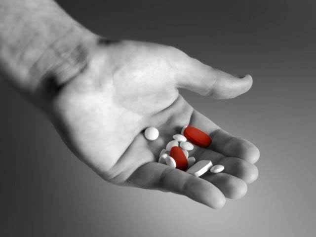 ایف ڈی اے نے لوگوں کو کئی بار خبردار کیا کہ باقاعدگی سے اینٹی ڈپریسنٹ دوائیں استعمال کرنے والے 25 سال سے کم عمر کے تمام افراد میں خودکشی کرنے کے رجحانات پیدا ہوجاتے ہیں۔