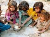 دنیا میں ایک جانب بھوک ہے تو دوسری جانب لوگ کھا کھا کر بیمار ہورہے ہیں۔ فوٹو: فائل