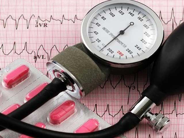 بلڈ پریشر کے امراض کو ''خاموش قاتل'' کہا جاتا ہے اور یہ مرض دل کی بیماریوں اور فالج کی وجہ بن سکتا ہے۔ فوٹو؛ فائل
