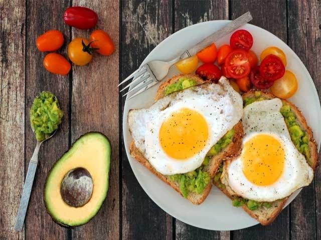 ڈاکٹروں کے مطابق پہلا کھانا بھرپور ناشتہ ہے اور اس کے علاوہ ہری سبزیاں اور پھل دن بھر آپ کو چاق و چوبند رکھ سکتی ہیں۔  فوٹو؛ فائل