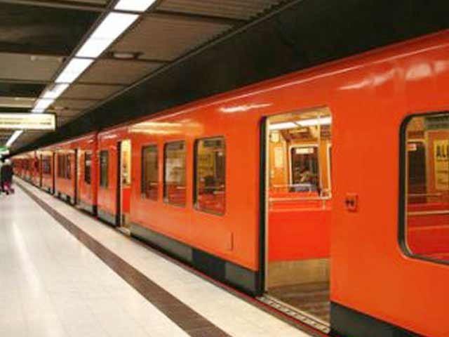 وفاقی حکومت جب لاہور اورنج ٹرین کے لیے 300ملین ڈالر دے سکتی ہے تو کراچی کے لیے کیوں نہیں۔ فوٹو؛ فائل