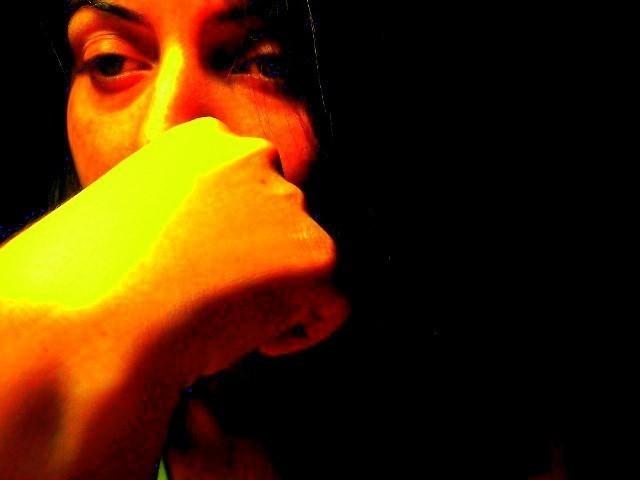 عورت اپنے حقوق کے لیے مزاحمت کرتی ہے تو صدیوں سے مروج روایات اپنے مضبوط قلعے ٹوٹتے دیکھ کر ان کو بچانے کے لیے کوشاں ہوجاتی ہیں۔ فوٹو: فائل