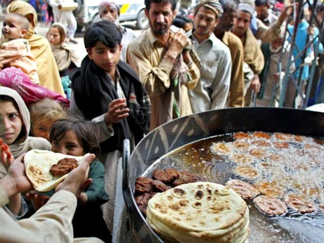 کاشت کار آئے دن کھاد اور ادویہ کی بڑھتی قیمت کے باعث پہلے ہی پریشان ہیں۔ فوٹو:فائل