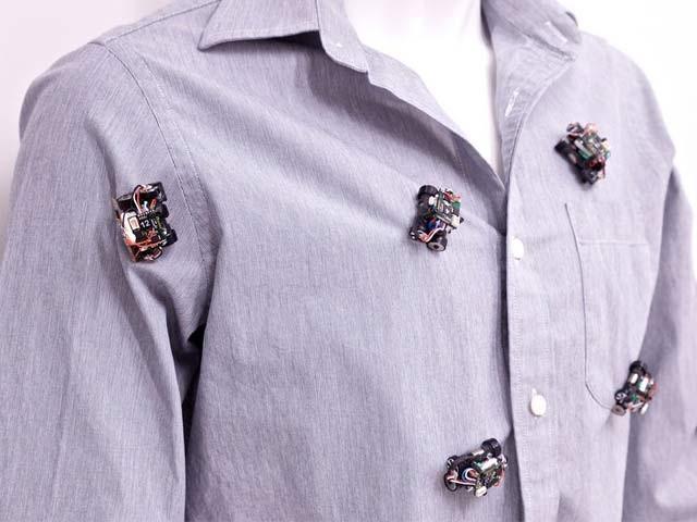 ایم آئی ٹی کے ماہرین نے پہیوں والے روبوٹ بنائے ہیں جو لباس کو درست اور دیدہ زیب بناتے ہیں۔  فوٹو: بشکریہ ایم آئی ٹی