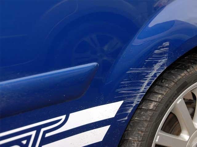 بیلاروس میں ایک شخص کی نئی کار پر 20 مرتبہ کھرونچے لگائے گئے تھے۔ فوٹو؛ فائل