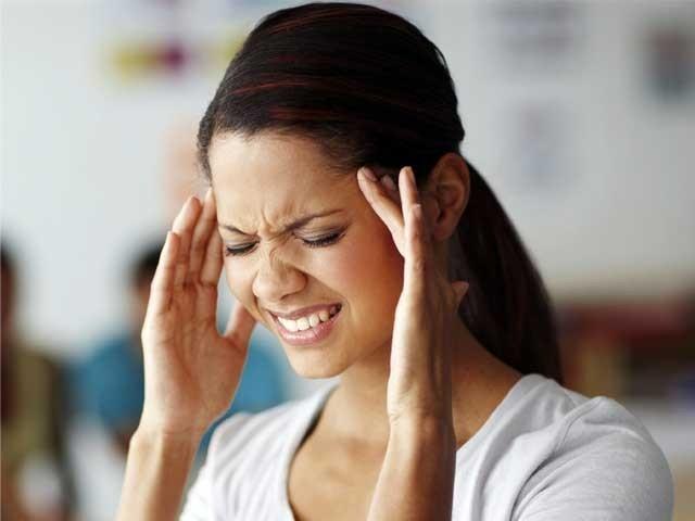 سر میں درد کوئی بیماری تو نہیں لیکن بعض اوقات شدید تکلیف کا باعث بنتا ہے اور کسی بھی موسم میں ہوسکتا ہے۔ فوٹو؛ فائل