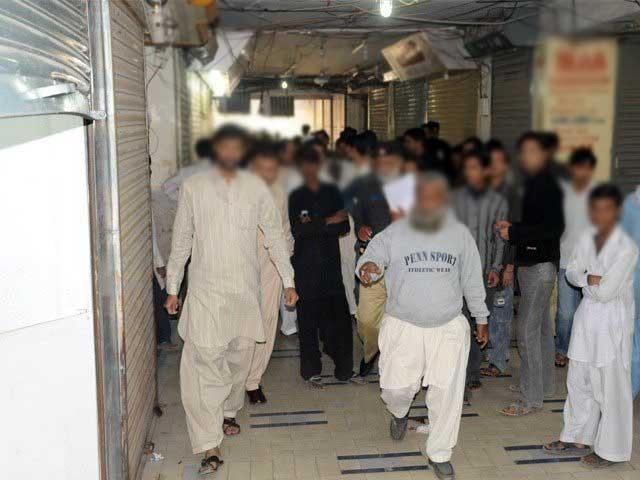 چوروں نے 5 دکانوں سے ساڑھے 10 لاکھ روپے لوٹے جب کہ گارڈ کو حراست میں لے لیا گیا، پولیس، فوٹو؛ فائل