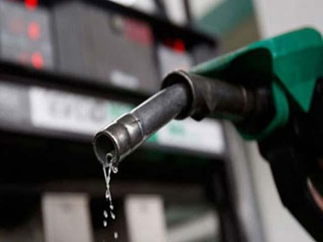 پیٹرول کی قیمت میں 4 روپے ایک پیسے فی لیٹر اضافے کی سفارش کی گئی ہے۔ فوٹو؛ فائل