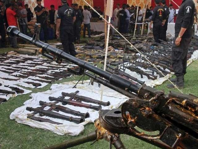 پولیس نے گزشتہ ماہ عزیز آباد میں مکان سے کراچی کی تاریخ کی سب سے بڑی اسلحے کی کھیپ پکڑنے کا دعویٰ کیا تھا۔ فوٹو؛ فائل