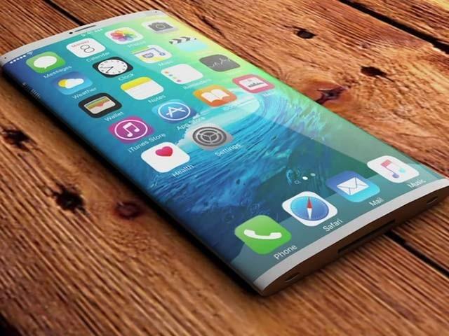 ٹیکنالوجی ماہرین کے مطابق ایپل آئی فون کے 10 نئے ماڈل ٹیسٹ کررہا ہے اور تھری ڈی کیمرے کا بھی امکان ہے۔  فوٹو؛ فائل