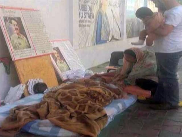 عمیم شبلی نامی شخص گزشتہ 3 ہفتے سے کراچی پریس کلب کے سامنے بھوک ہڑتال میں بیٹھا تھا۔ فوٹو: فائل