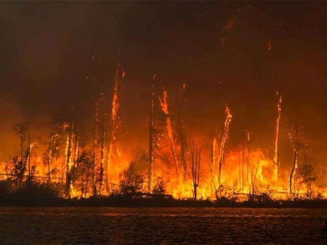 تیز ہواؤں کی پیش گوئی کے باعث آگ پر قابو پانے میں مزید مشکلات پیش آ سکتی ہیں، فائر بریگیڈ عملہ. فوٹو: فائل