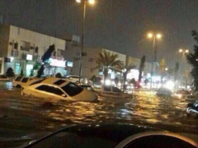 مکہ مکرمہ میں بارش کے باعث کئی علاقے زیر آب گئے جب کہ تہامہ میں تعلیمی سرگرمیاں معطل کر دی گئیں۔،فوٹو:فائل