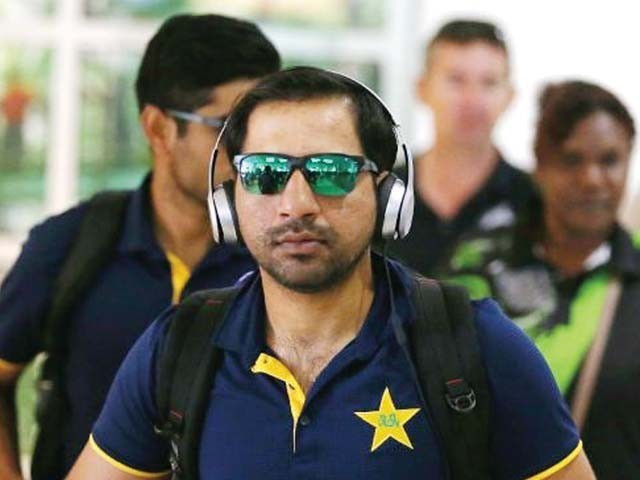 برسبین سے کینز آمد کے موقع پر پاکستانی وکٹ کیپر سرفراز احمد موسیقی سے لطف اندوز ہوتے ہوئے ایئرپورٹ سے باہر آرہے ہیں، ٹیم 8 دسمبر سے پہلا ٹور میچ کھیلے گی ۔ فوٹو: اے ایف پی