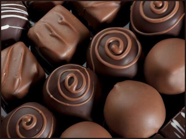 چاکلیٹ بناتے دوران کڑواہٹ دور کرنے کےلئے بہت زیادہ شکر شامل کرنا پڑتی ہے۔ (فوٹو: فائل)
