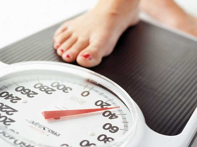 اگر آپ صرف ایک ہفتے تک اس ڈائیٹ پلان پر عمل کرسکیں تو صرف 7 دنوں میں آپ کا وزن 12 پونڈ تک کم ہوجائے گا۔ فوٹو؛ فائل