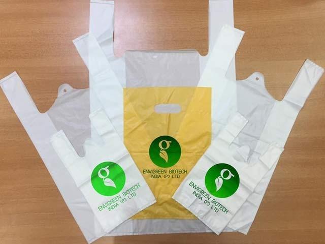 بھارتی کمپنی نے ایسے پلاسٹک بیگ تیار کیے ہیں جنہیں نہ صرف کھایا جاسکتا ہے بلکہ وہ از خود گھل کر ختم ہوجاتے ہیں۔  فوٹو: اینوائے گرین