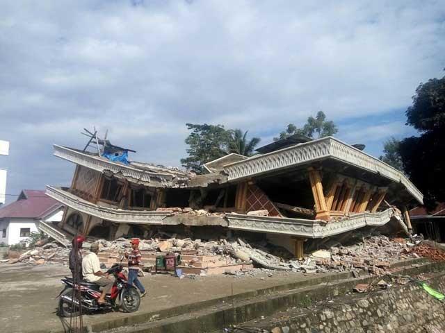 انڈونیشیا کے جزیرے سماٹرا میں آنے والے زلزلے کی شدت 6.5 اور زمین میں اس کی گہرائی 17 کلو میٹر تھی۔ فوٹو: سوشل میڈیا