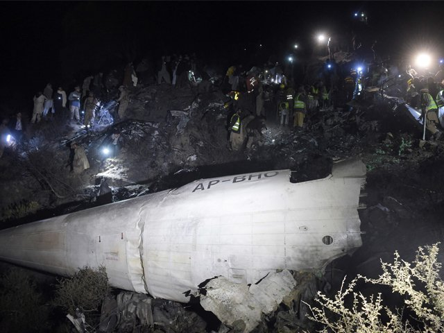 جاں بحق ہونے والوں میں ڈپٹی کمشنر چترال،ان کی اہلیہ، بیٹی اور 3 غیرملکیوں سمیت 42 مسافراورعملے کے 6 افراد شامل ہیں۔ فوٹو: اے ایف پی