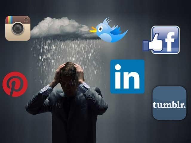جو لوگ سوشل میڈیا پر منفی پوسٹیں شیئر کراتے ہیں انہیں دماغی صحت کا معائنہ کروانا چاہیے۔ فوٹو؛ فائل