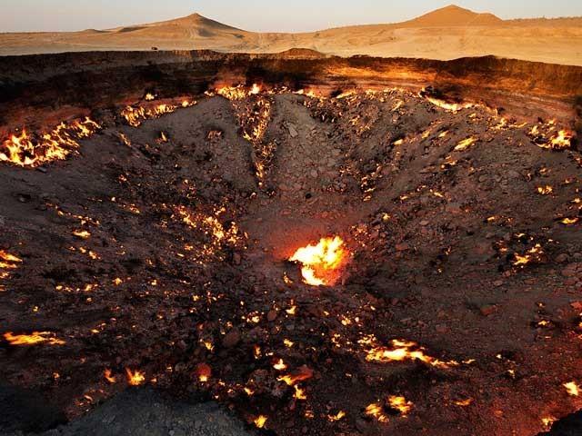 یہ گڑھا ''جہنم کے دروازے'' کے نام سے بھی مشہور ہے جس میں ہروقت آگ جلتی رہتی  ہے۔ فوٹو؛ فائل