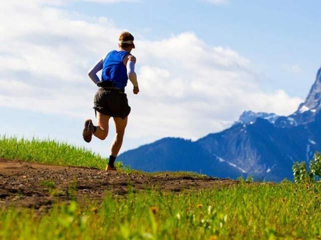 صبح سویرے کی دوڑ نہ صرف دن بھر توانا رکھتی ہے بلکہ یادداشت اور حواس کو بھی بہتر بناتی ہے۔ فوٹو؛ فائل