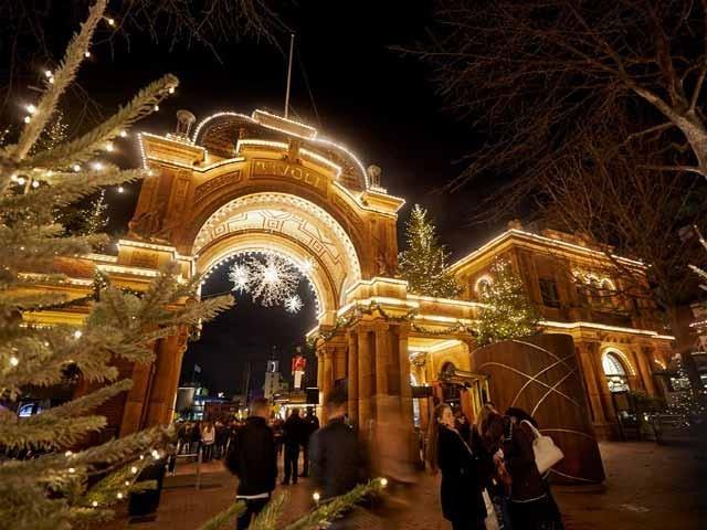 ہر جگہ لوگ اپنے اپنے انداز میں کرسمس کی خوشیاں منارہے ہیں، کہیں کرسمس ٹری کو سجایا جارہا ہے تو کہیں برقی قمقمیں سے شہر کو پُر رونق بنایا جارہا ہے۔