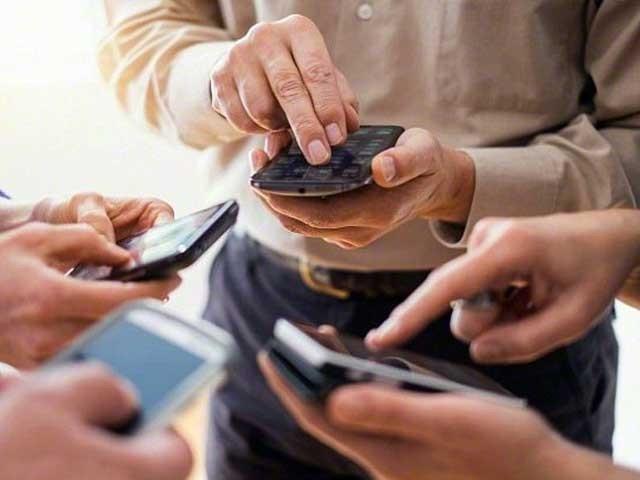 نئے عہد کی الجھن ''اپ گریڈ افیکٹ'' میں لوگ نئے فون کیلیے بلا وجہ پرانے فون کو توڑنے لگتے ہیں، ماہرین، فوٹو؛ فائل