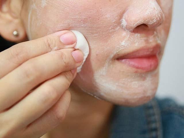 دودھ میں شامل ان گنت مفید اجزا آپ کے چہرے کو ایک نیا روپ اور شادابی دے سکتے ہیں۔ فوٹو: فائل