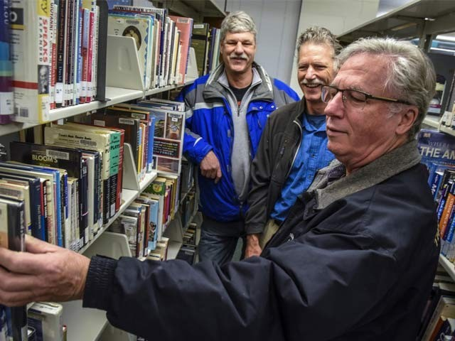 کتابیں 1970 کی دہائی میں اس کے والدین کو جاری کی گئیں جو اس نے جرمانے کے ساتھ لائبریری کو واپس کردیں۔  فوٹو: بشکریہ واشنگٹن پوسٹ