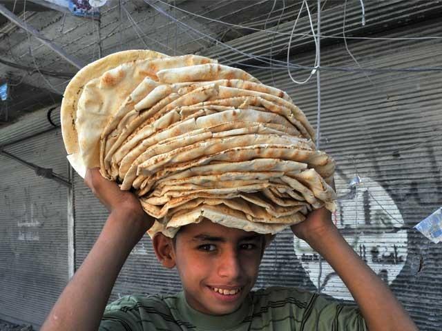 پاکستان بیکری سے روزانہ ایک لاکھ روٹیاں حلب اور دیگر شہروں میں جنگ سے متاثرہ افراد میں تقسیم کی جا رہی ہیں. فوٹو: فائل