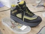 سائنسدانوں نے چہل قدمی سے جدید موبائل آلات چارج کرنے والا جوتا تیار کرلیا۔  فوٹو: بشکریہ انجینیئرنگ ڈپارٹمنٹ یونیورسٹی آف وسکانسن۔
