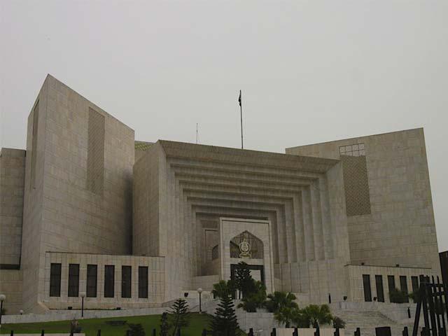 عدالت میں موجود لوگ سنجیدہ ہوں،ورنہ عدالت خود سنجیدہ کرے گی،جسٹس شیخ عظمت فوٹو: فائل