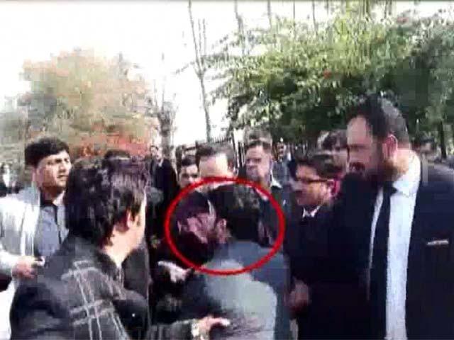 پولیس نے غنڈہ گردی کرنے والے ایک شخص کو گرفتار کر کے تفتیش شروع کردی۔ فوٹو: ایکسپریس نیوز
