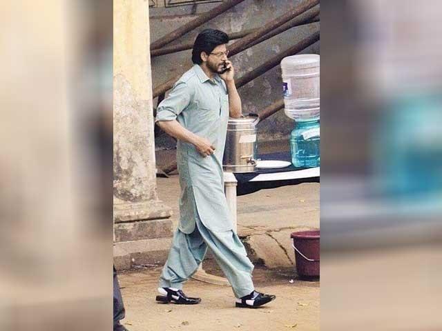 شاہ رخ خان کی فلم ''رئیس'' کے سیٹ پر شلوار قمیض اورپشاوری چپل پہنے تصاویر منظر عام پر آئی ہیں۔