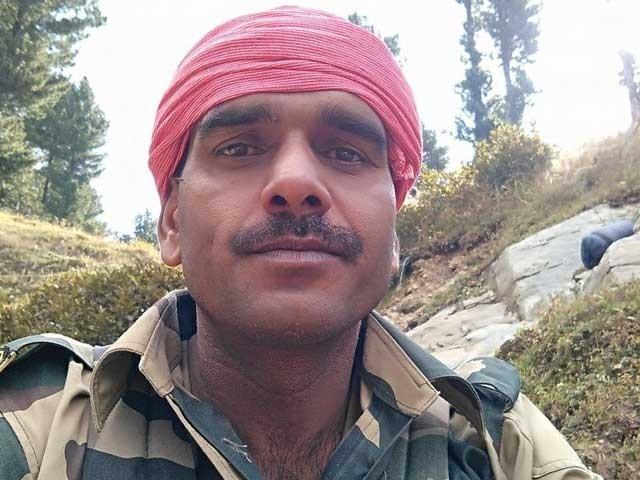 بھارتی فوجی کو سزا کے طور پر ڈیوٹی سے ہٹا کر ہیڈ کوارٹر بھیج دیا گیا۔ فوٹو: فیس بک