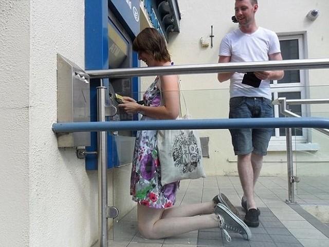 غیرمعمولی قد کی وجہ سے ایسے افراد کو اٹھتے، بیٹھے اور سوتے مشکلات کا سامنا کرنا پڑتا ہے۔ فوٹو: بشکریہ ڈیلی میل