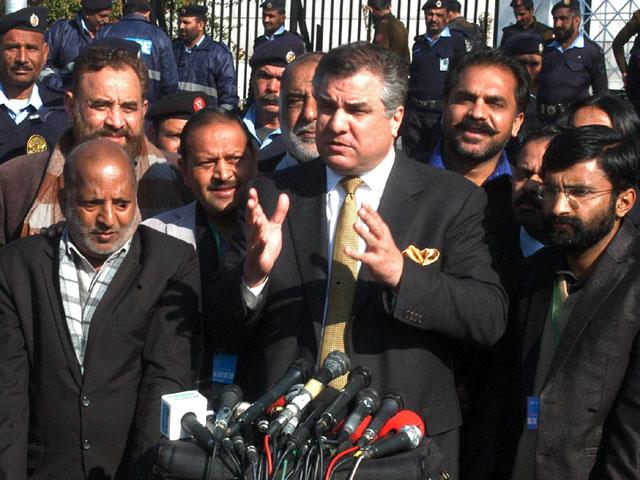 عمران خان کی اسٹپنی بھی پلٹ گئی اور خود کو اسٹپنی وکیل کہنے والا وکیل آج عدالت نہیں آیا خود کو اسٹپنی وکیل کہنے والا آج عدالت میں نہیں آیا، دانیال عزیز : فوٹو : ایکسپریس