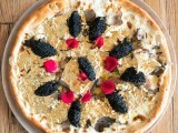 پیزا میں دنیا بھر کے قیمتی اجزا شامل کئے گئے ہیں تاہم اوپر پیلی رنگت سونے کے اوراق کی وجہ سے ہے ۔ پیزا کا ایک نوالہ 5 ہزار، ایک سلائس 25 ہزار اور پورا پیزا 2 لاکھ روپے کا ہے۔ فوٹو: بشکریہ اوڈٹی سینٹرل